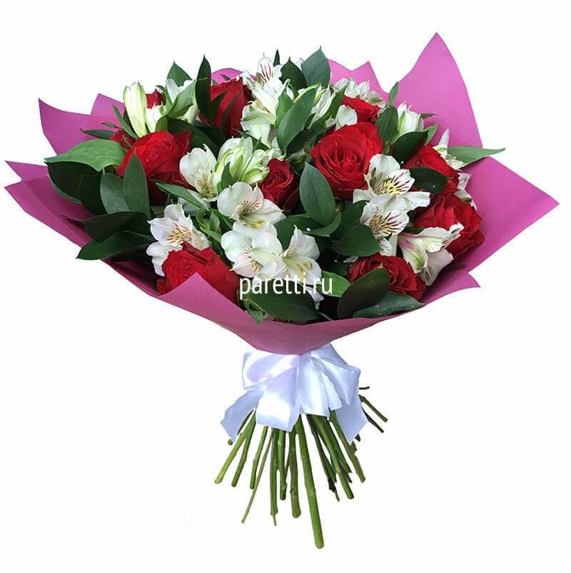 Маленький букет из роз и альстромерий фото